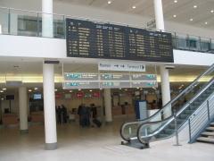 Das Abflug Terminal des Flughafens in Bremen.