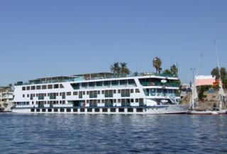 Nilkreuzfahrtschiff in Luxor: heir beginnt die Nilkreuzfahrt.