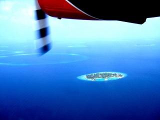 Blick auf die Malediven Atolle vom Flugzeug aus