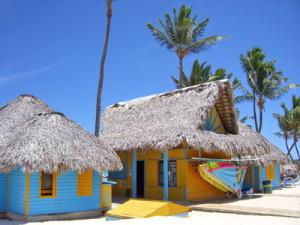 Bunte Häuser am Strand in Punta Cana in der Dominikanischen Republik