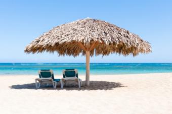 Weißer Sand, Sonnendächer, blaues Meer - der Strand in Puerto Plata
