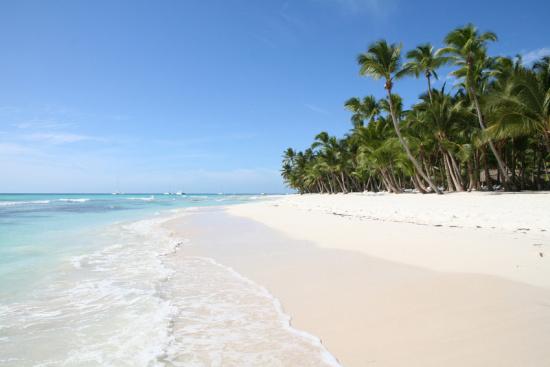 Unvergleich schöne Traumstrände locken in der Dominikanischen Republik wie hier der Strand El Albanico auf Sanoa