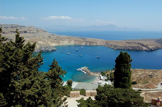 Der Naturhafen von Lindos auf Rhodos.
