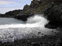 Auf La Palma muss man sich im Urlaub auf schwarze Lavastrände einstellen.