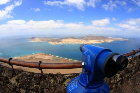 Von Mirador del Rio im Norden von Lanzarote hat man einen schönen Blick auf das Meer und die Nachbarinsel La Graciosa