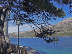 Urlaub in Kroatien - Blick von der Altstadt von Korcula auf das Meer der Adria