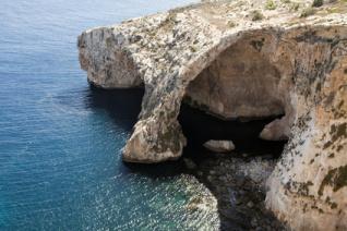 Die Einfahrt zur Blauen Grotte auf Malta vom Meer aus gesehen.