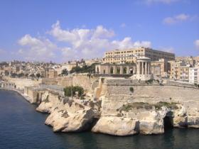 Die Hauptstadt Valetta auf Malta mit Felsenküste vom Meer aus gesehen