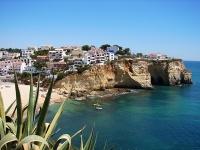 Küstenort auf Felsen mit schöner Bucht an der Algarve