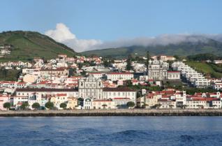 Die Stadt Horta auf Azoren im Blick vom Meer aus