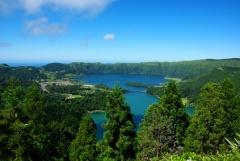 Die Azoren sind vulkanischen Ursprungs - die Form des Sete Cidades Sees im Westen der Azoreninsel San Miguel zeigt die Form des alten Kraters
