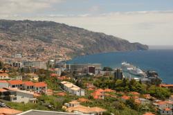 Urlaub auf Madeira startet zumeist in Funchal, der Hauptstadt mit Flughafen von Madeira und Kreuzfahrtschiffhafen.