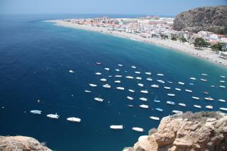 Schöne lange Strände wie an der Bucht van Calahonda versprechen einen tollen Urlaub an der Costa del Sol