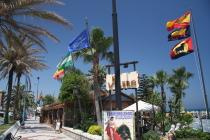 Auf dem Weg zum Strand in Torremolinos bieten zahlreiche Geschäfte und Bars Kurzweil für den Urlauber.