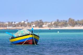 Buntes Fischerboot vor der Küste von Djerba