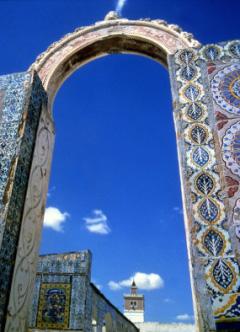 Die Medina von Tunis zeigt farbenpr�chtig die Baukultur in Tunesien