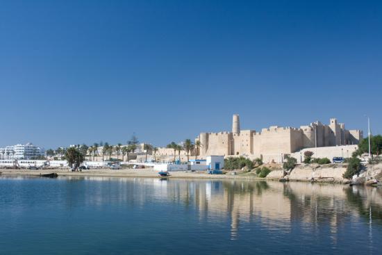 Die Festung Ribat an der Küste von Monastir vom Meer aus